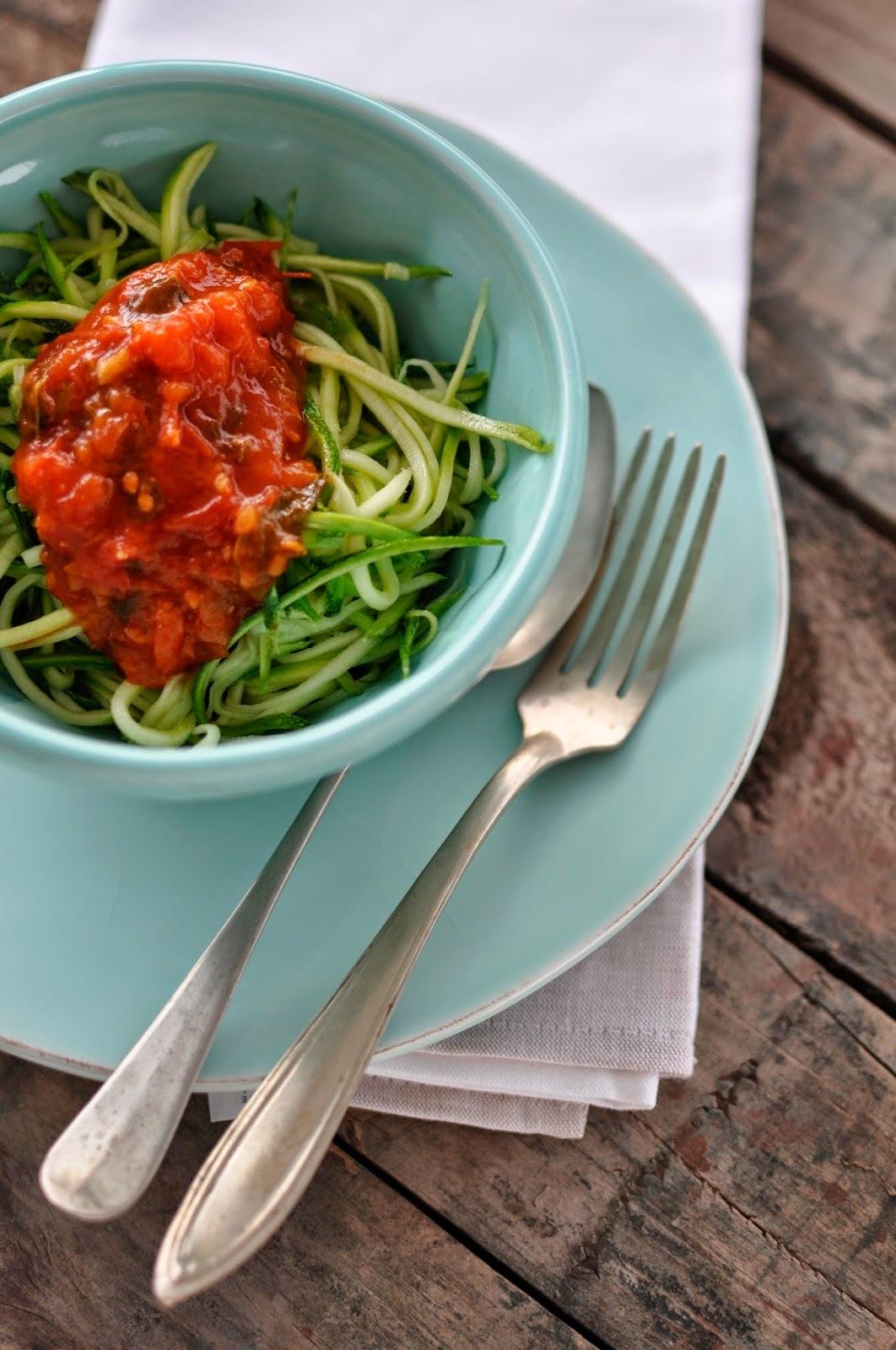 Tallarines de zapallo italiano con salsa de tomate natural