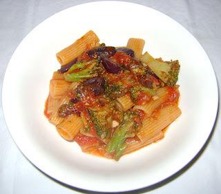 rigatoni ao molho de tomate e brocolis
