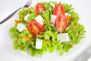 Ensalada con queso fresco, tomate y lechuga