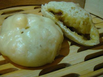 Baozi fourré aux oignons-poivrons et camembert (cuisine fusion).