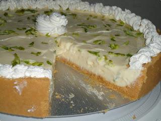 - torta de limao com chantilly com biscoito de maizena