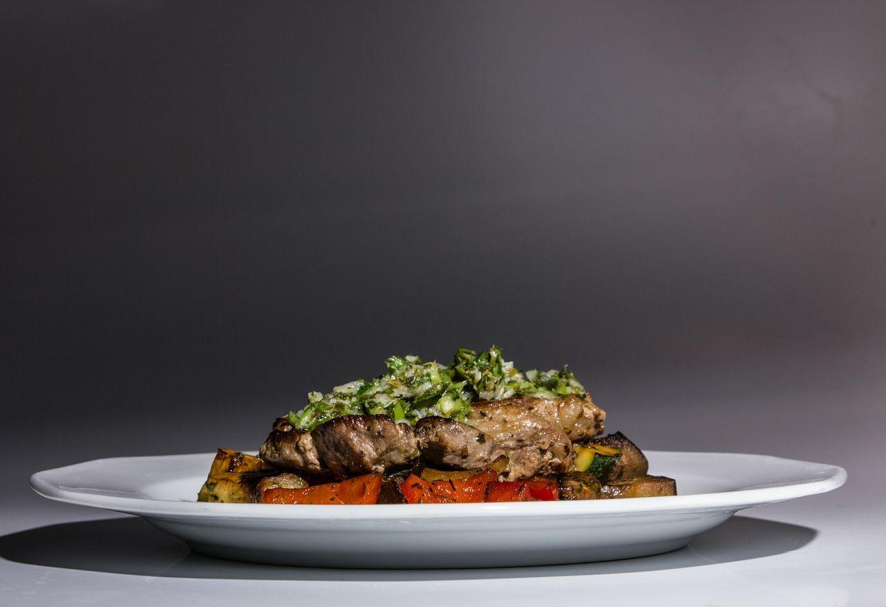 Grillezett tarja chimichurri szósszal és zöldfűszeres grill zöldséggel