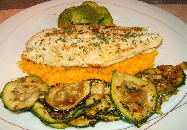 Filet de peixe em cama de purê de cenoura com legumes