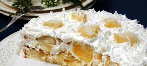 de bolo branco de recheio com abacaxi e cocada