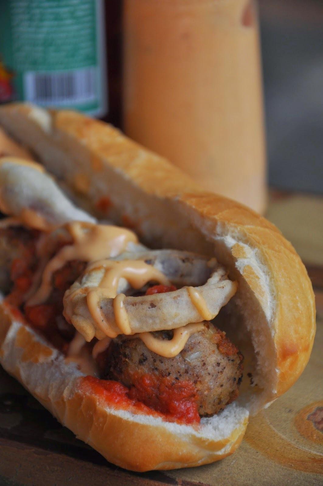 Sanduíche de almôndegas ao molho, cebola empanada e molho chipotle vegan