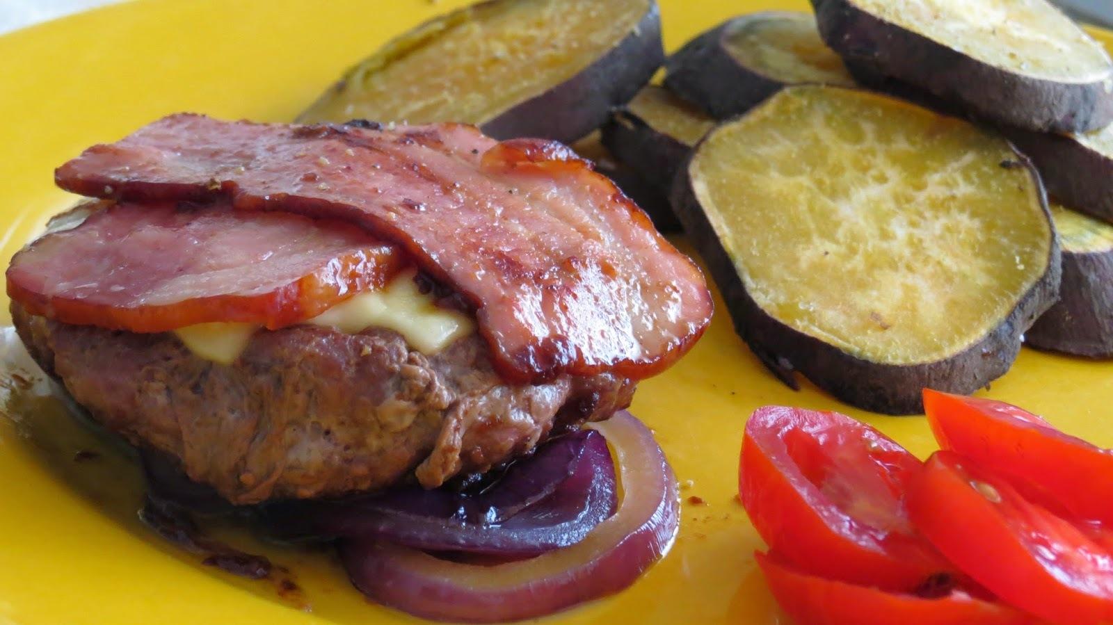 Hamburguer com queijo e bacon e cebola roxa