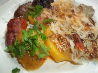 Fehérboros hurka, kolbász baconos-hagymás krumplival, s savanyított káposztával együtt sütve