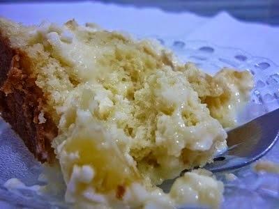 bolo de abacaxi quadrado com cobertura de abacaxi