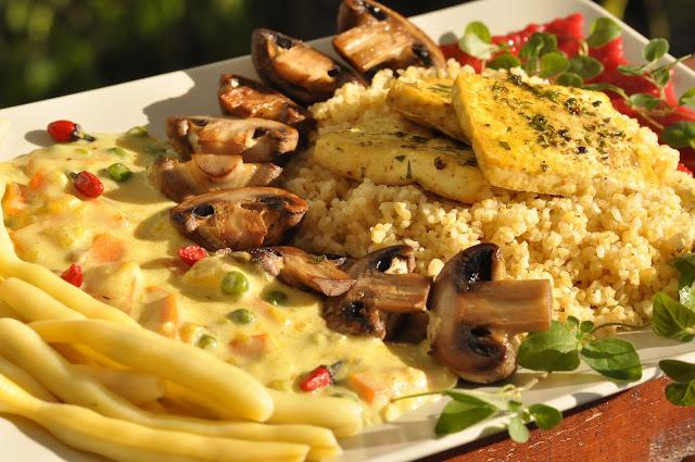 Karí zelenina s tofu, bulgurom, šampiňónmi, fazuľovými strukmi a cviklovým pyré