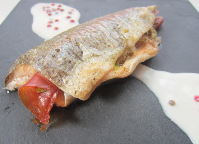 Truita de riu amb pernil i salsa de formatge amb pebre rosa