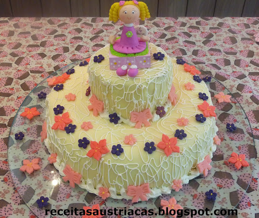 de bolo de aniversario com recheio de salada frutas