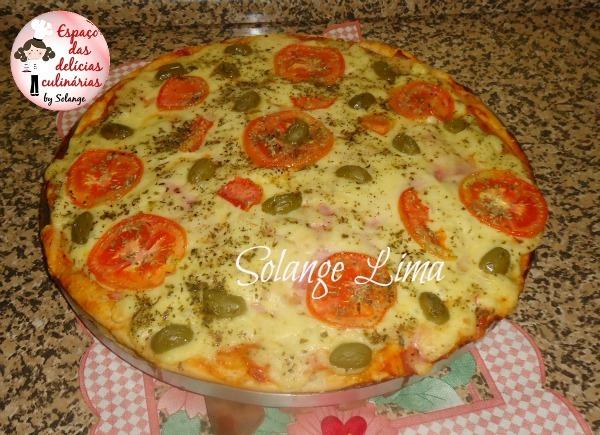 Pizza de presunto, mussarela e azeitonas