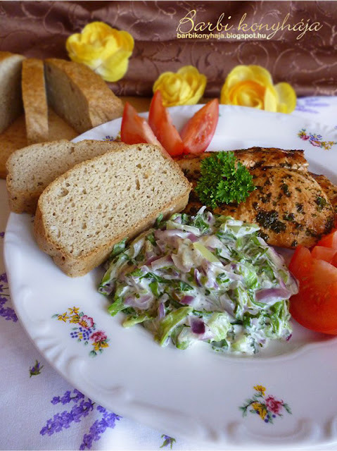 Pácolt csirkemell, meleg saláta körettel és Paleo kenyérrel