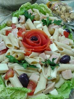Salada de Penne com Peito de Peru, Azeitonas Pretas, Tomate e Croutons: D E L I C I O S A !!!!!
