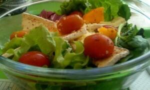 salada com pão de forma torrado