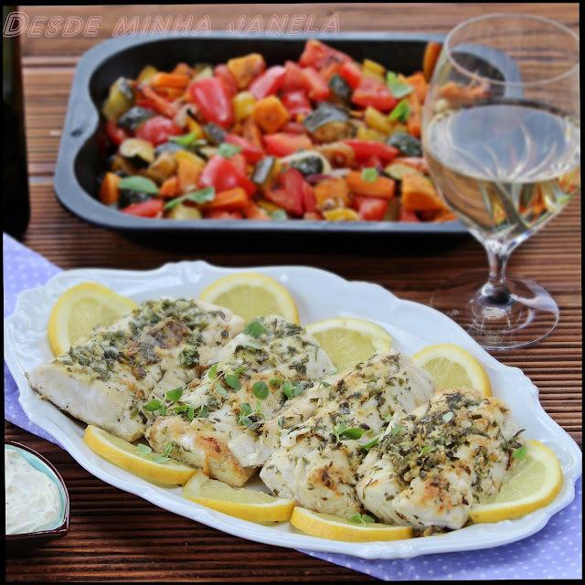 Peixe com crosta de ervas frescas e alho acompanhados com legumes assados no forno