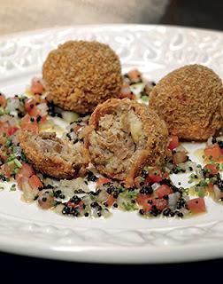 Bolinho de Arroz com Bacalhau e Vinagrete de Caviar