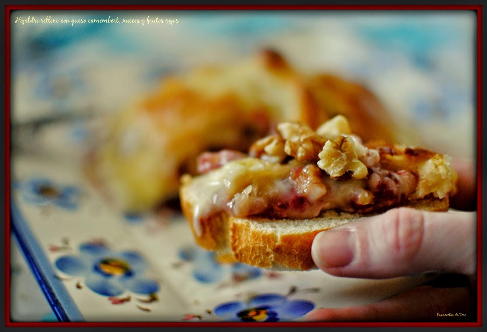 Hojaldre relleno con queso camembert, nueces y frutos rojos.