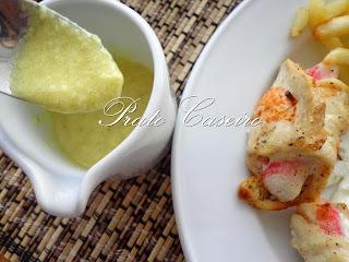 Bifes de frango enrolados com delícias do mar e molho de queijo e mostarda