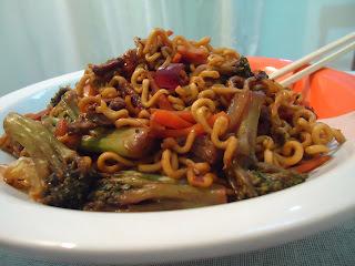 de yakisoba de carne e legumes