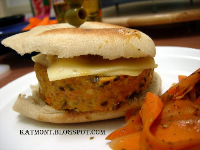 Hambúrguer funcional de frango com cenoura