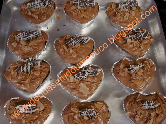 Cupcakes de chocolate com cobertura de mousse de chocolate