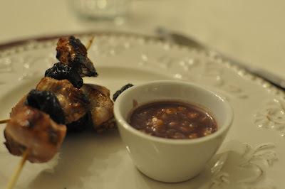 Brochetas de pollo y ciruela con salsa de vino tinto