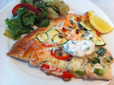 Pizza au saumon frais, crème sure aux herbes