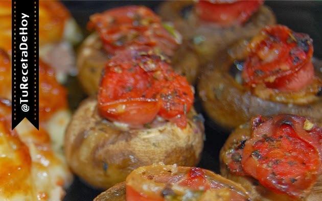 Champiñones rellenos de jamón serrano y salsa de tomate (al horno)
