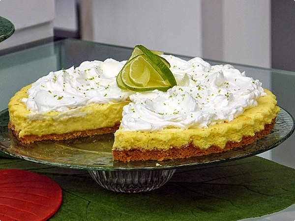 de torta de limao forrada com biscoito maria gelada