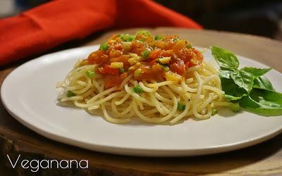 Espaguete com Molho de Tomate e Pimentão