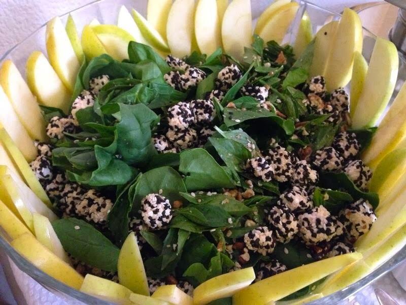 Ensalada de quesitos con ajonjolí, espinaca, nuez y manzana en salsa de soya (30 minutos)