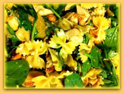 de salada de macarrão gravatinha com rucula