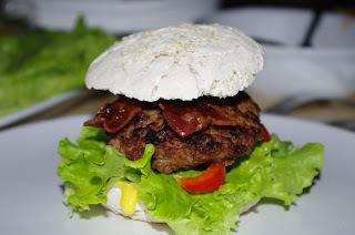 Hjemmelagde chiliburgere med bacon og glutenfrie hamburgerbrød