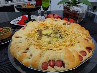 PIZZA DE 4 QUEIJOS COM BORDA DE SALSICHAS
