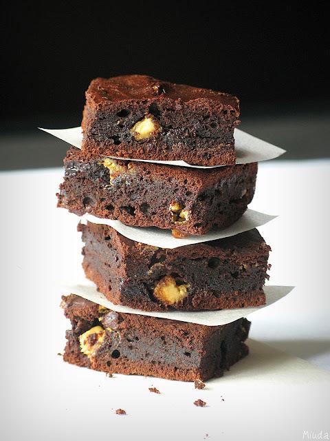 Брауни с черносливом и белым шоколадом / Brownies com ameixas secas e chocolate branco