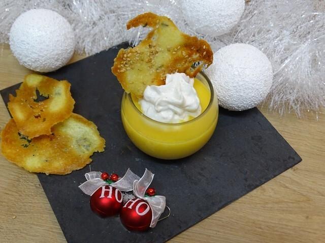 Potage de panais et carottes au gingembre et lait de coco, espuma coco et tuile sésame
