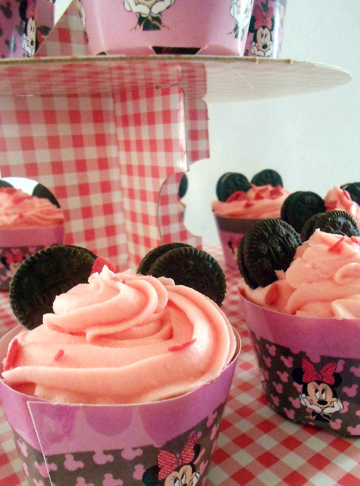 Η τούρτα της minnie, τα cakepops και τα cupcakes