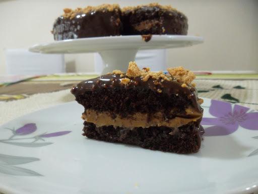 bolo de amendoim com paçoca e chocolate