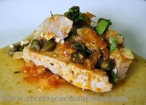 Cocina gourmet, atún con alcaparras y aceitunas negras