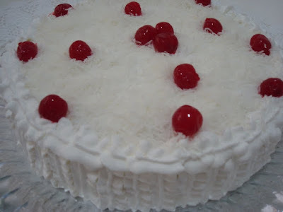 bolo de emulsificante recheio de doce de leite e ameixa