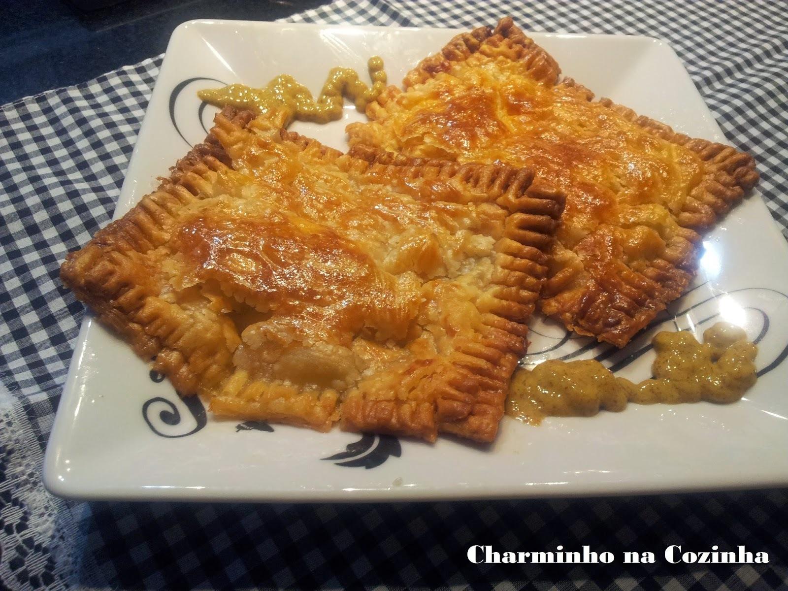 Salgado recheado com abobrinha, tomate, queijo e manjericão