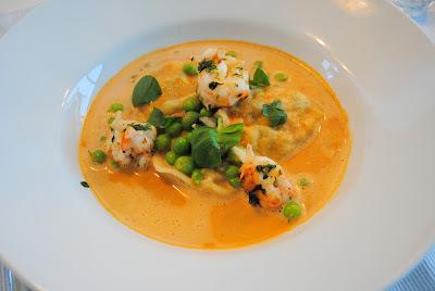 Hjemmelavet ravioli med spinat og ricotta i skaldyrsbisque med ristet jomfruhummer