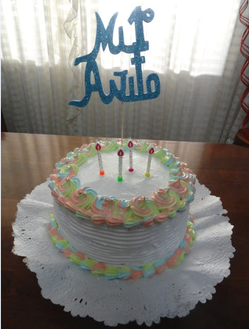 decorar torta con granas de colores