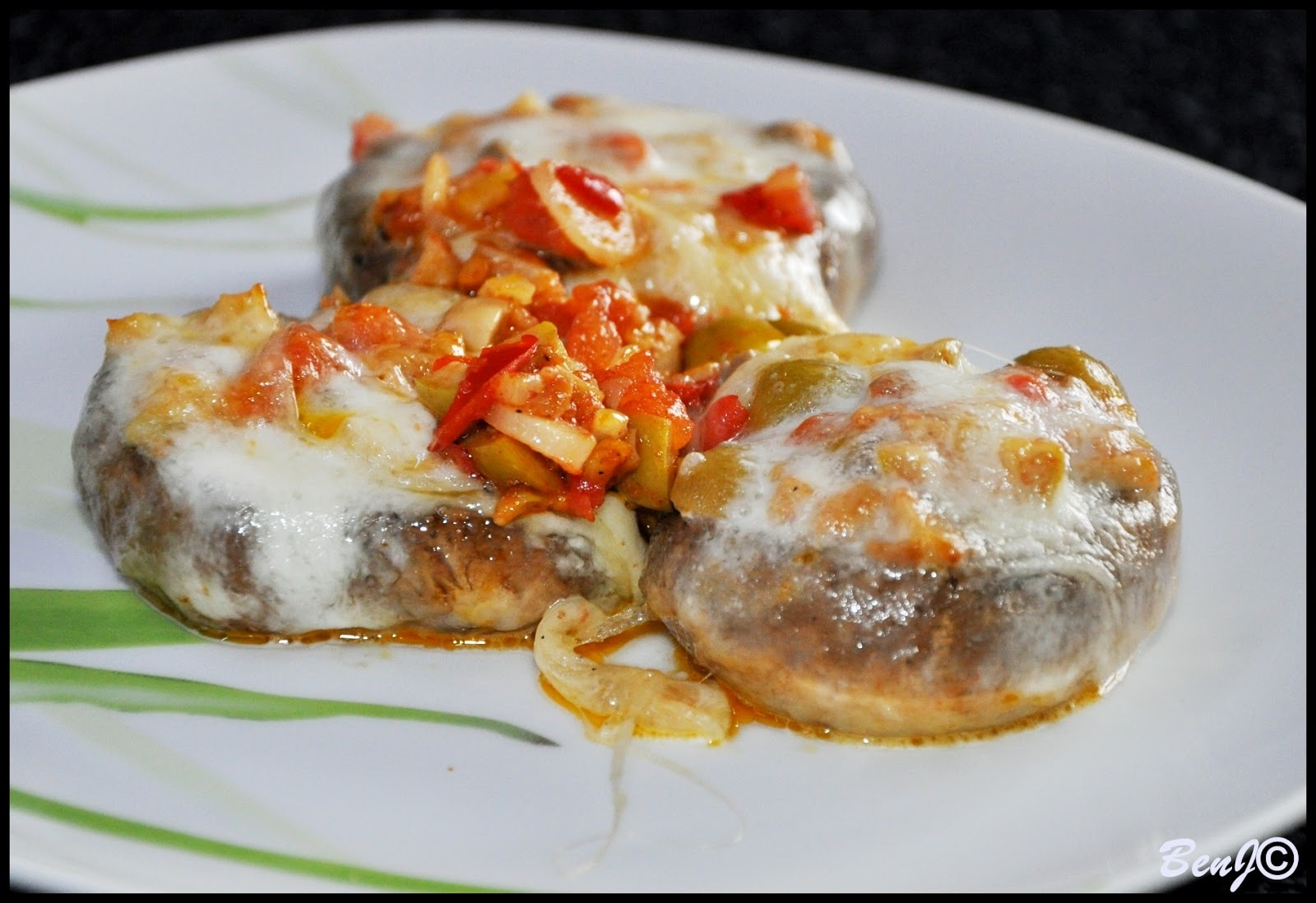 šampiňóny plnené restovanou zeleninou, zapečené s mozzarellou