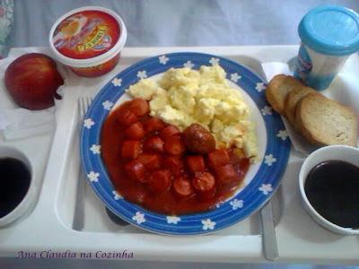 Café da Manhã com Ovos Mexidos e Molho de Salsicha