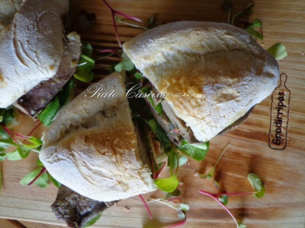 Iscas à portuguesa em cama de alho assado, agrião, micro rabanete e micro mostarda Lion