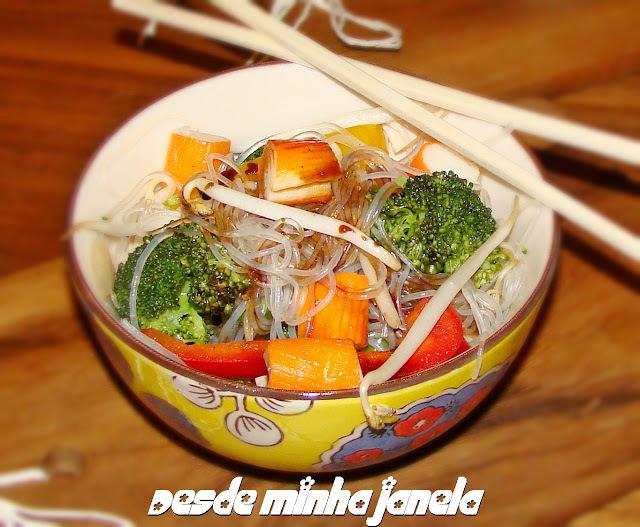 Macarrao chinês com kani kama e legumes regado ao molho teryaki