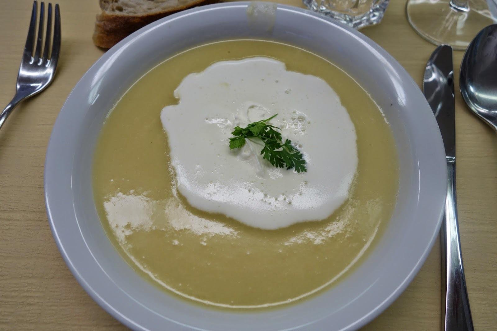 Spargel-Apfelsüppchen, Kalbsmedaillon mit Bärlauch-Schaum und Gemüseallerlei, Quarkcrème auf Rhabarber-Erdbeer-Ragout - Hobbychochmenü 9.4.15