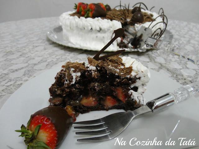 como fazer um bolo de aniversario bem molhado de chocolate com morango